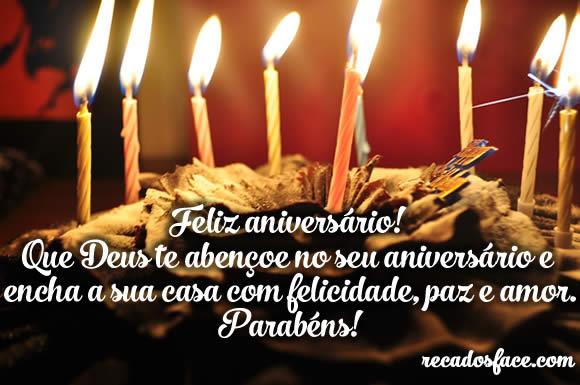Bolo com velas de Feliz aniversário
